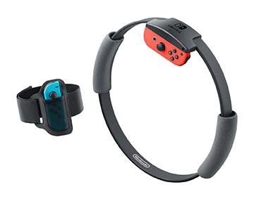 购买《健身环大冒险》后,会有两个附属设备——双手握持Ring-Con(上图右)和安装在左侧大腿上的腿部固定带(上图左)。安装Joy-Con后就可以识别出玩家身体的动作。